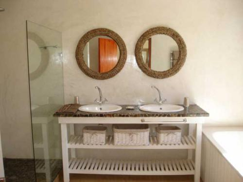11-Fig-tree-Main-bathroom